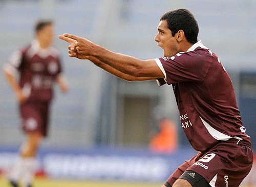 """El goleador del Fútbol Argentino, José """"El Pepé"""" Sand, festeja el segundo gol de su equipo"""