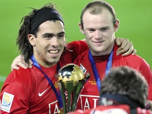 Carlos Tevéz y Wayne Rooney, autor del gol del triunfo, festejan la obtención del Mundial de Clubes frente a las cámaras