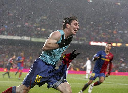 Lionel Messi festeja su golazo, el segundo del clásico
