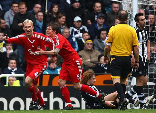 Sami Hypia festeja su gol, también convirtió Steven Gerrard en dos ocasiones
