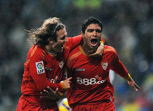 Renato festeja el gol que vale el triunfo más importante del Sevilla en lo que va de la competencia
