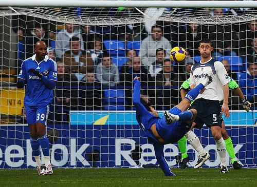 El portugués Deco anotó el segundo para el triunfo del Chelsea, que esta a un punto del Liverpool