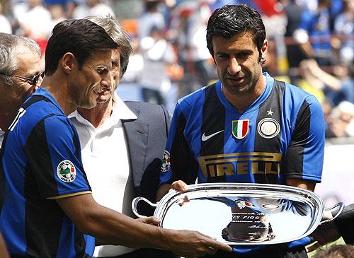 Javier Zanetti, el capitán del equipo, le entrega una placa a un emocionado Luis Figo