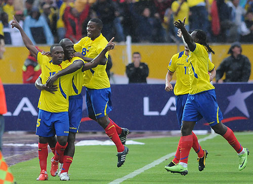 Los jugadores de Ecuador festejan el primer gol del partido, luego llegaría el segundo