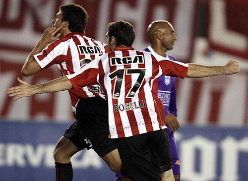 Los jugadores de Estudiantes de La Plata festejan el único tanto del encuentro