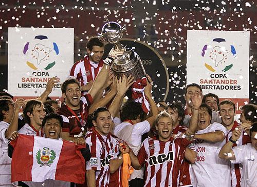 Los jugadores de Estudiantes levantan la Copa Libertadores tras consagrarse campeones en la competición más importante de América