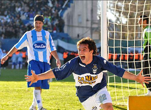 Franco Niell festeja el tercer gol de su equipo y la permanencia en primera división